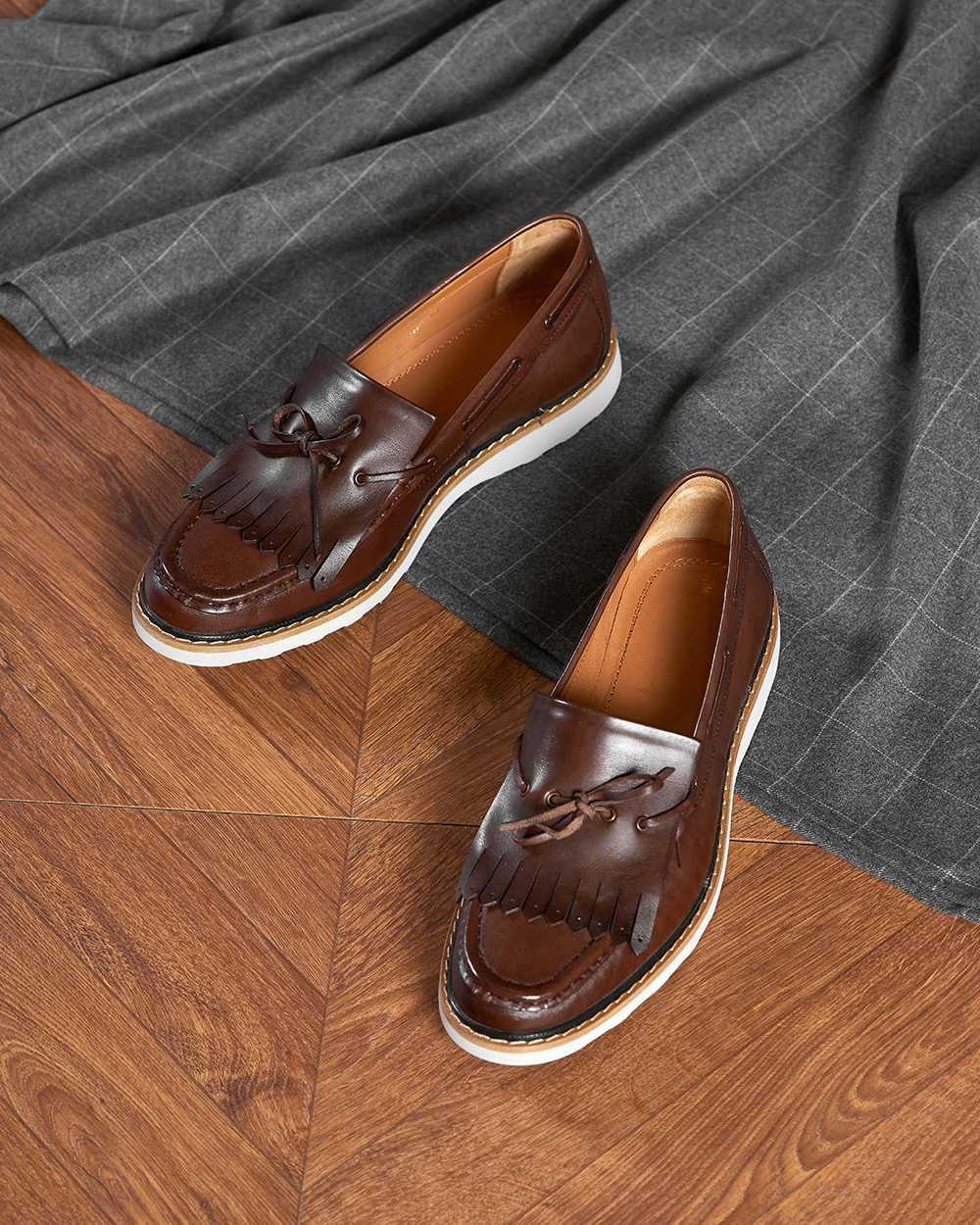 Туфли мужские топсайдеры коричневые с кисточками на белой подошве