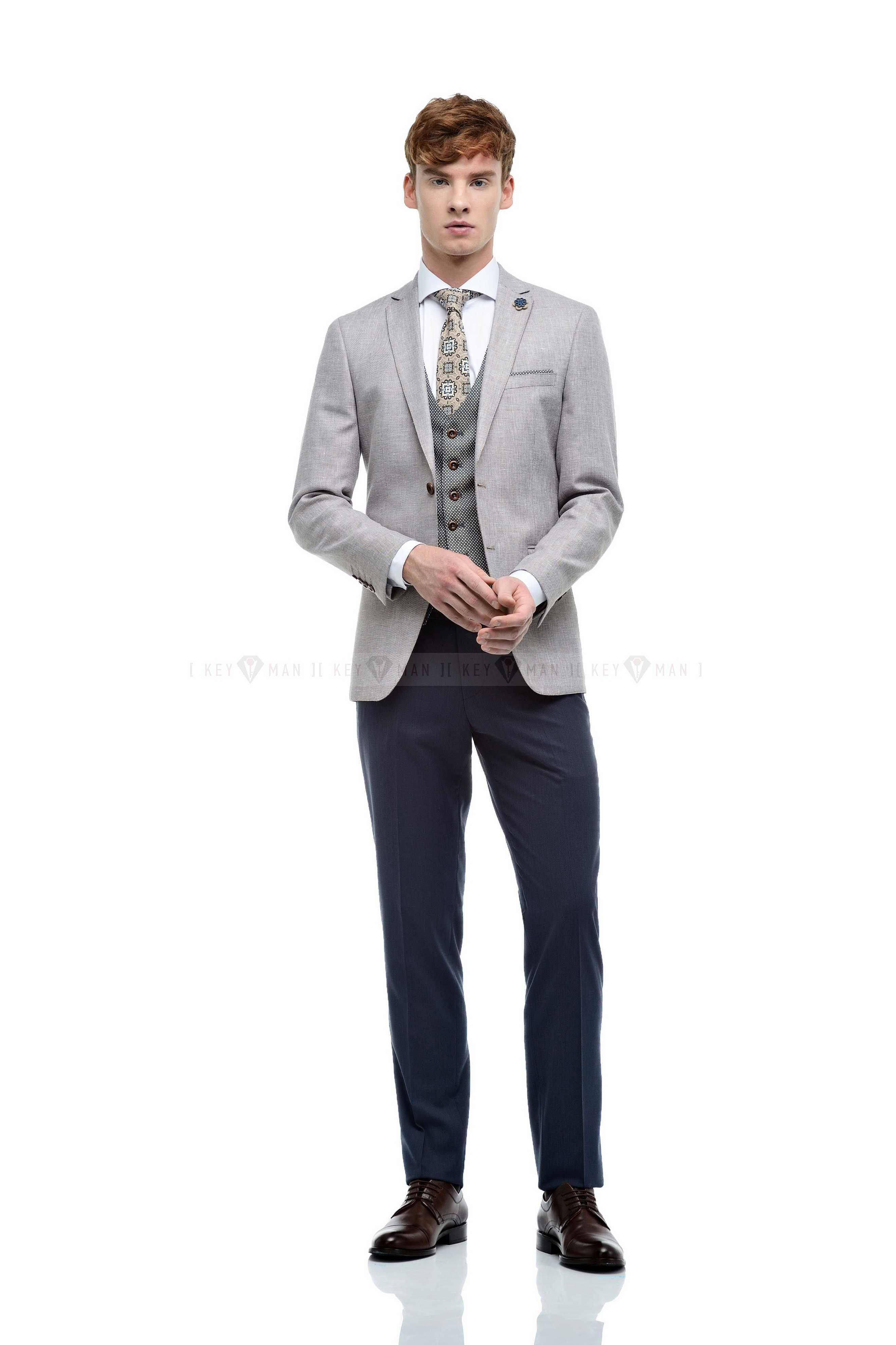 Костюм мужской хлопковый, бежевый, с контрастным жилетом, синие брюки