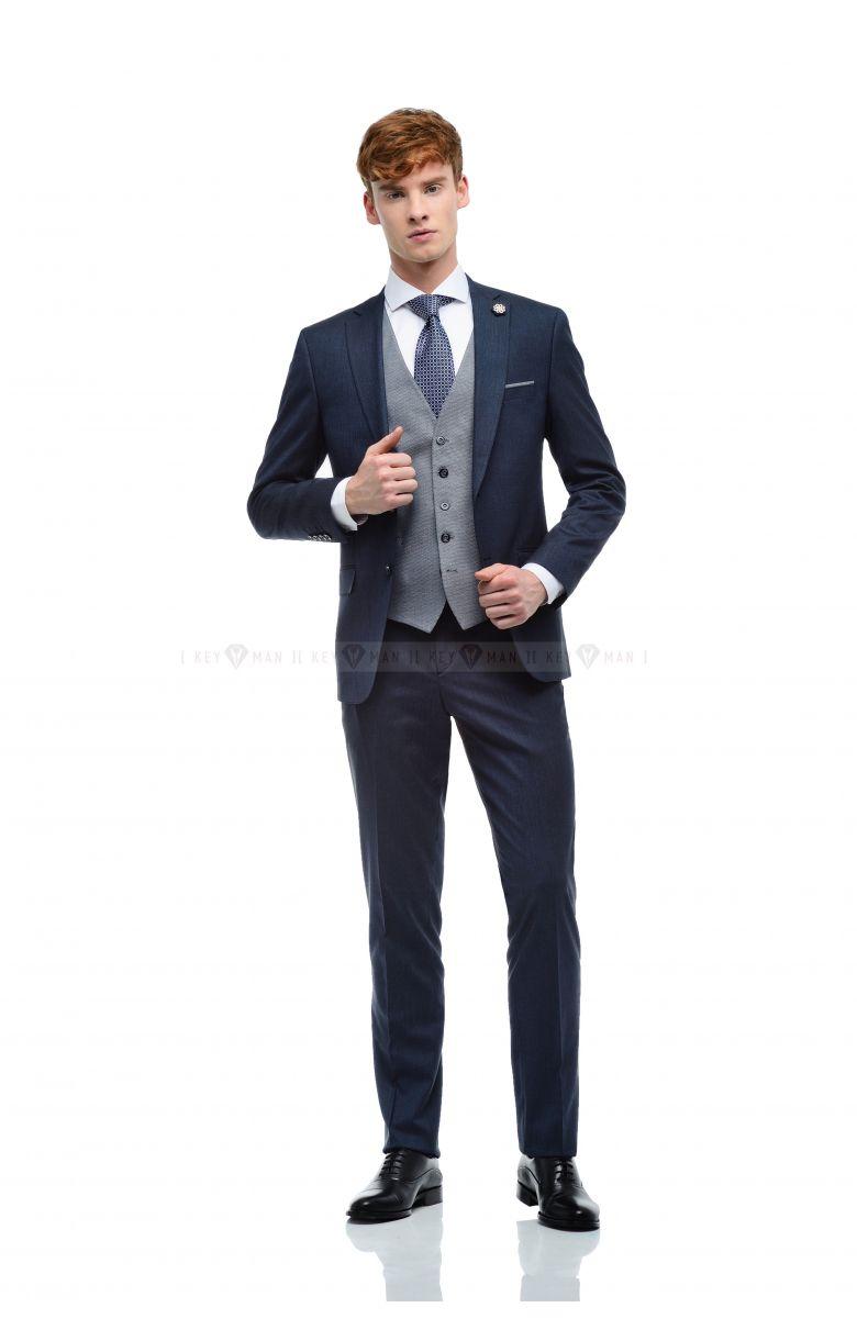 Комплект на свадьбу с темно-синим фактурным костюмом и контрастным жилетом в круглую фактуру (костюм тройка, рубашка, галстук, туфли)