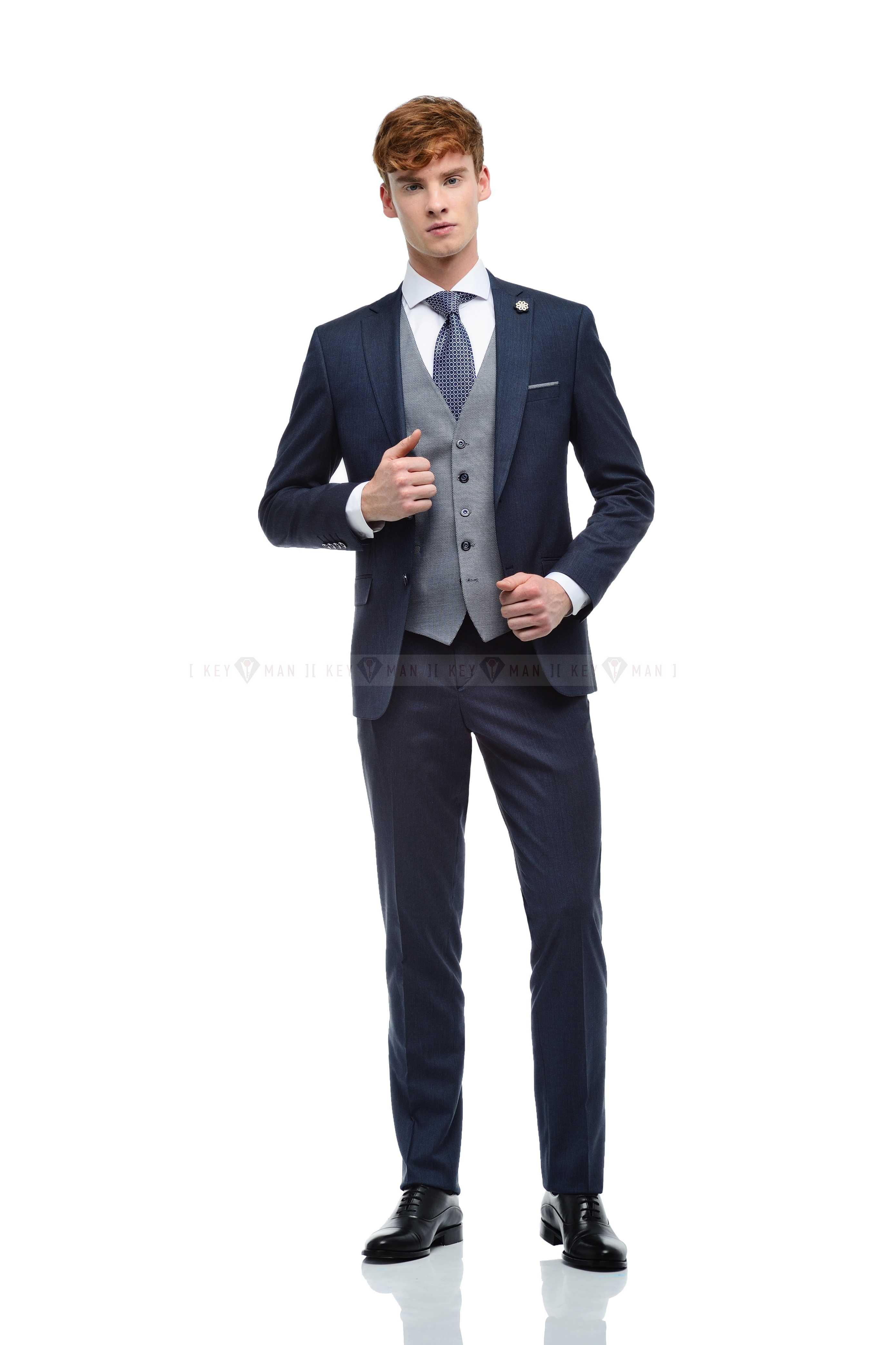 Костюм мужской темно-синий фактурный, с контрастным жилетом в круглую фактуру