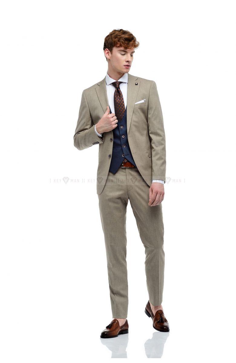 Комплект в офис с светло-бежевым фактурным костюмом и синим жилетом (костюм тройка, рубашка, галстук, ремень, туфли)