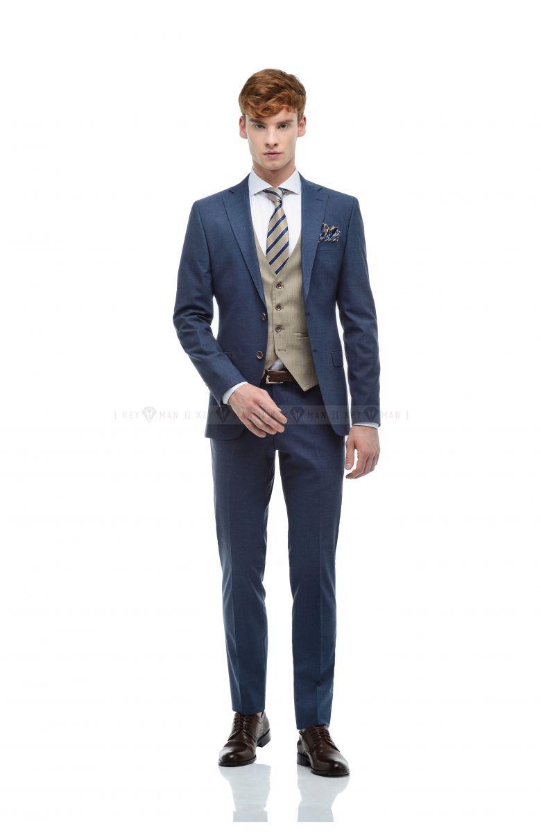 Комплект в офис с светло-синим костюмом и контрастным бежевым жилетом (костюм тройка, рубашка, ремень, туфли, аксессуары)