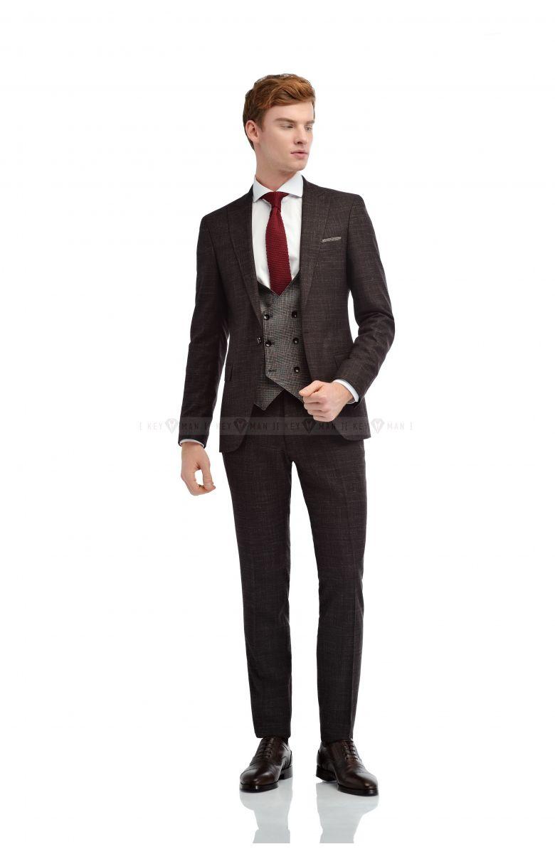 Комплект на свадьбу с бордовым  костюмом с вплетенной серой нитью и контрастным  жилетом (костюм тройка, рубашка, галстук, туфли)