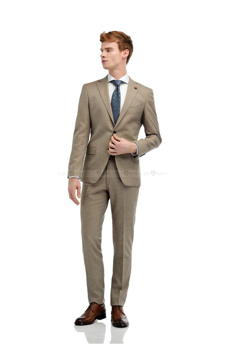 Комплект на свадьбу с бежевым костюмом в гусиную лапку  и английским лацканом (костюм , рубашка, галстук, туфли, ремень)