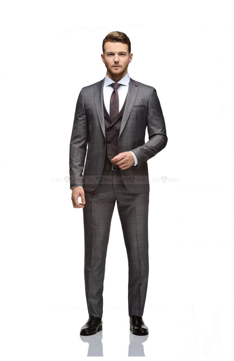 Комплект в офис с бордово-серым костюмом в клетку и контрастным жилетом (костюм тройка, рубашка, галстук, ремень, туфли)